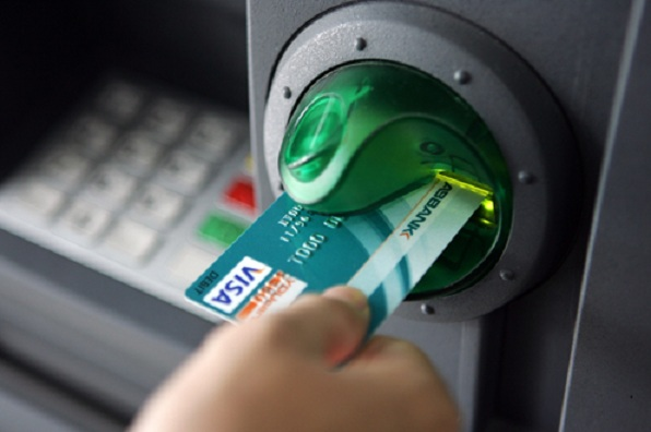 Rút tiền mặt từ thẻ tín dụng tại cây ATM